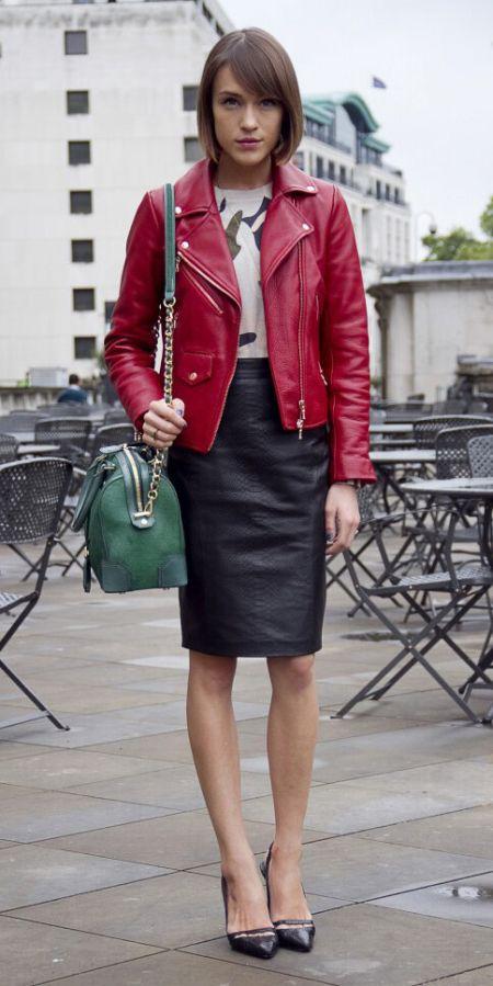 С чем носить зеленую сумку осенью - с красной косухой