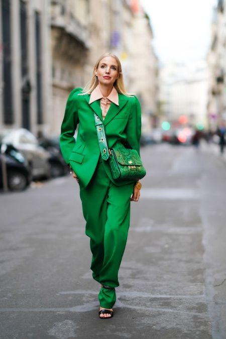 Изумрудный брючный костюм и зеленая сумка со змеиным принтом