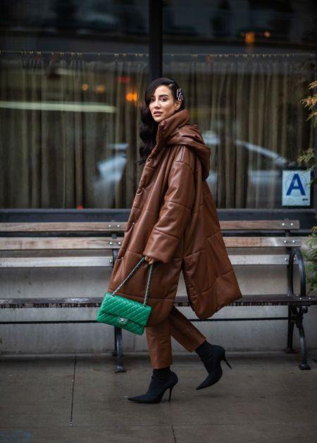 Зеленая стеганая сумка и коричневый стеганый пуховик