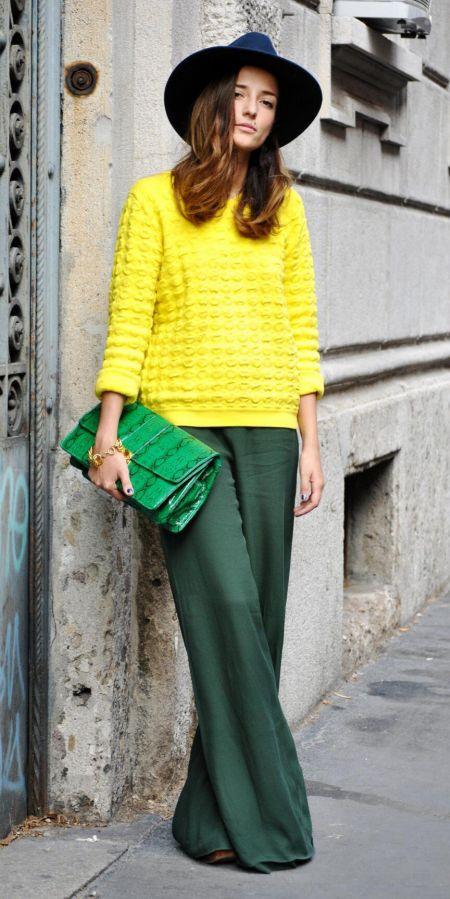 Объемные зеленые брюки, желтый свитер и зеленая сумка