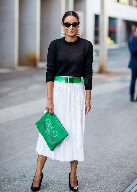 Зеленая сумка, белая юбка, черные туфли и зеленый пояс