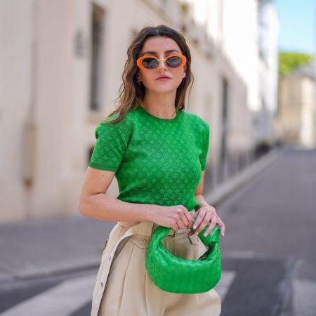 Сочетание зеленой сумки и зеленой футболки с бежевым низом