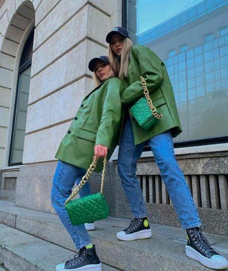 Зеленая сумка, голубые джинсы и зеленый жакет