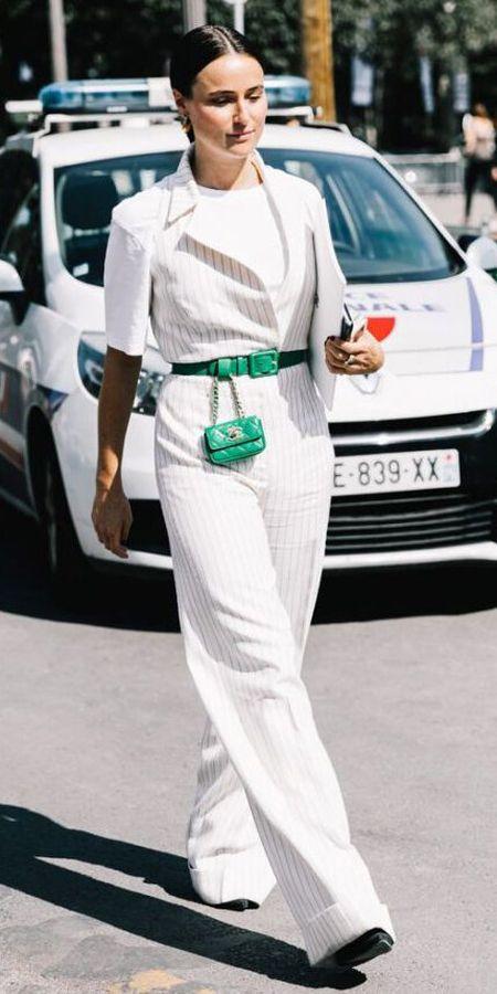Белый комбинезон в полоску и зеленая поясная сумка