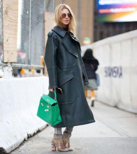 Изумрудная сумка и объемное черное пальто