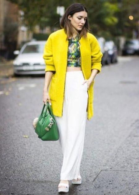 С чем носить светло-зеленую сумку - с желтым пальто